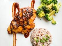 Een schotel van kippenlapje vlees diende met gebraden rijst en groente Stock Fotografie