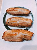 Een schotel van yummy geroosterde gesneden varkensvleesbuik stock foto