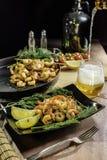 Een schotel van zeevruchten met citroen en groenten Stock Afbeelding
