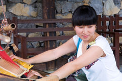 Een schuw meisje dichtbij een Weefgetouw stock fotografie