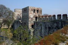 Een sectie de grote die stadsmuren en torens tijdens de recente 4de eeuw BC rond Istanboel in Turkije worden gebouwd Stock Foto's