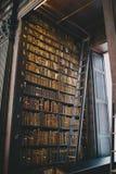 Een sectie in een oude bibliotheek stock afbeeldingen