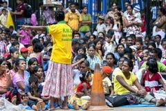 Een sectie van de reusachtige die menigte wordt verzameld om op Esala Perahera in Kandy, Sri Lanka te letten royalty-vrije stock fotografie