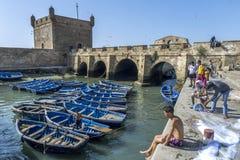 Een sectie van de visserijhaven met de oude vestingsmuren op de achtergrond in Essaouira in Marokko Royalty-vrije Stock Foto