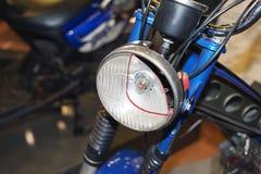 Een sectie van een koplamp van een uitstekende motorfiets stock fotografie