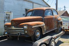 Een sedan van Ford van 1948 op een aanhangwagen die op een koper wachten Royalty-vrije Stock Foto