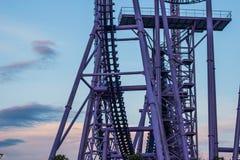 Een segment van een achtbaan, extreem vermaak stock afbeelding