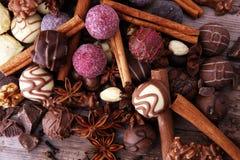 Een selectie van de geassorteerde pralines van de chocoladetruffel op houten t Stock Afbeeldingen