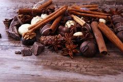 Een selectie van de geassorteerde pralines van de chocoladetruffel op houten t Royalty-vrije Stock Foto's