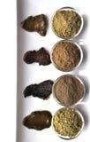 Een selectie van diverse natuurlijke henna & x28; Lawsonia inermis& x29; de kleurstoffen nat mengsel van de haarkleur op wit stock afbeelding