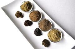 Een selectie van diverse natuurlijke henna & x28; Lawsonia inermis& x29; de kleurstoffen nat mengsel van de haarkleur op wit stock foto