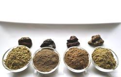 Een selectie van diverse natuurlijke henna & x28; Lawsonia inermis& x29; de kleurstoffen nat mengsel van de haarkleur op wit stock foto's
