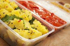 De meeneem Indische Kerrie Bhaji van Tikka Bhoona van de Kip van Aloo Saag van het Voedsel Stock Foto