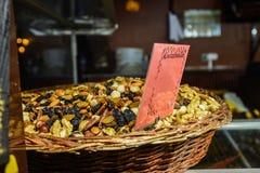 Een selectie van noten en rozijnen in een mand Stock Afbeeldingen
