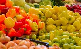 Een selectie van peper bij open markt, Natuurvoeding Stock Fotografie
