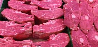 Een selectie van rood vlees in een supermarkt royalty-vrije stock afbeeldingen