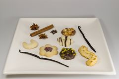 Een selectie van theeingrediënten en koekjes stock foto's