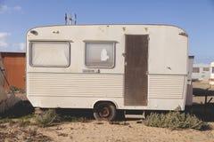 Een semi-verlaten, oude en roestige caravan in Gr Caleton, Fuerteventura-eiland, Canarische Eilanden, Spanje stock afbeelding