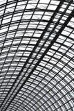 Een semispherical plafond van glas en metaal in de moderne bouw als achtergrond, richtlijn van het textuur de verticale beeld stock foto's