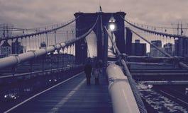 Een sepia ontploffing van de kabels van de Brug die van Brooklyn op Manhattan kijken - de V.S. stock afbeelding
