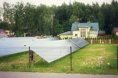 Een serie van zonnepanelen Stock Foto