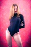 Een sexy meisje met los rood haar in een zwart lichaam Stock Foto