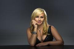 Een sexy vrouw stelt met juwelen royalty-vrije stock foto's