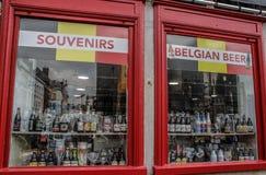 Een showcase met verschillende bieren - de populairste alcoholische drank in België stock afbeelding
