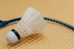 Een shuttle op badmintonracket Stock Foto