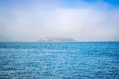 Een silhouet van Alcatraz-Eilandpenitentiary in San Francisco Bay stock afbeelding