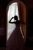Een silhouet van een mooie bruid Stock Foto's