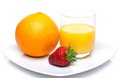 Een sinaasappel, een aardbei en een jus d'orange Royalty-vrije Stock Afbeeldingen