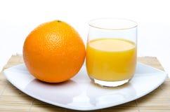 Een sinaasappel en een jus d'orange Stock Afbeeldingen
