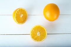 Een sinaasappel op een witte houten achtergrond Stock Fotografie