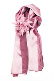 Een sjaal is zijde met een broche in vormbloem Royalty-vrije Stock Fotografie