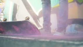 Een skateboard met gele kleurendalingen Ontbreek concept stock video