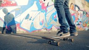 Een skateboarder berijdt een vleet, langzame motie, steadicam schot stock video