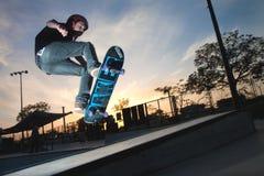 Een skateboardsprong boven een hoge trede royalty-vrije stock afbeeldingen