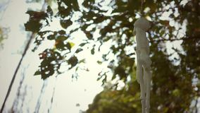 Een Skelet die in de wind dichtbij Halloween-tijd in de herfst slingeren stock videobeelden