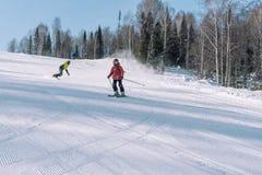 Een skiër berijdt van een hoge berg Het van brandstof voorzien van de benzinepomp Actieve levensstijl gezondheid stock afbeeldingen