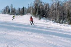 Een skiër berijdt van een hoge berg Het van brandstof voorzien van de benzinepomp Actieve levensstijl gezondheid royalty-vrije stock foto