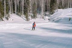 Een skiër berijdt van een hoge berg Het van brandstof voorzien van de benzinepomp Actieve levensstijl gezondheid royalty-vrije stock fotografie