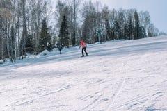 Een skiër berijdt van een hoge berg Het van brandstof voorzien van de benzinepomp Actieve levensstijl gezondheid royalty-vrije stock afbeeldingen
