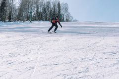 Een skiër berijdt van een hoge berg Het van brandstof voorzien van de benzinepomp Actieve levensstijl gezondheid stock foto