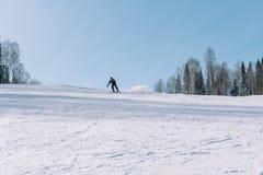Een skiër berijdt van een hoge berg Het van brandstof voorzien van de benzinepomp Actieve levensstijl gezondheid stock fotografie