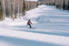 Een skiër berijdt van een hoge berg Het van brandstof voorzien van de benzinepomp Actieve levensstijl gezondheid stock foto's
