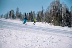 Een skiër berijdt van een hoge berg Het van brandstof voorzien van de benzinepomp Actieve levensstijl gezondheid royalty-vrije stock afbeelding