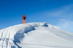 Een skiër loopt in de bergen stock afbeelding