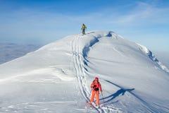 Een skiër loopt in de bergen stock fotografie