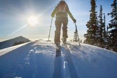Een skiër loopt in de bergen royalty-vrije stock afbeelding